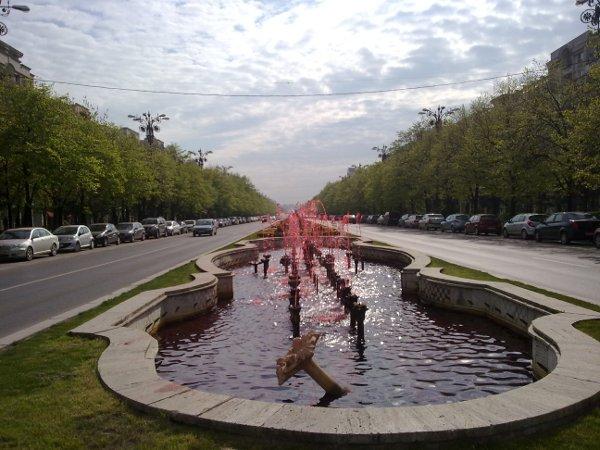 Fantanile arteziene de pe Bulevardul Unirii cu apa rosie