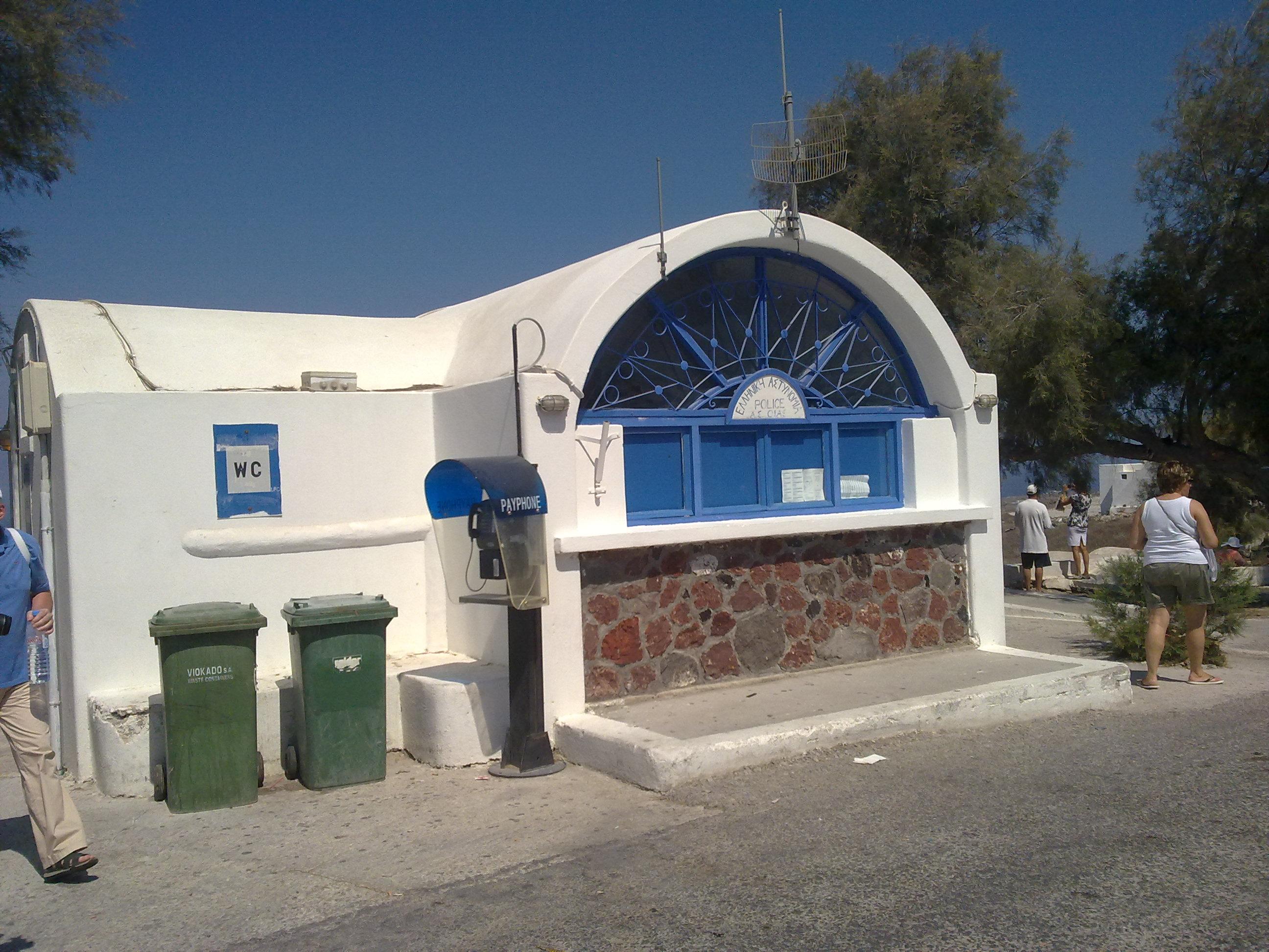 Politia si WC. In Santorini