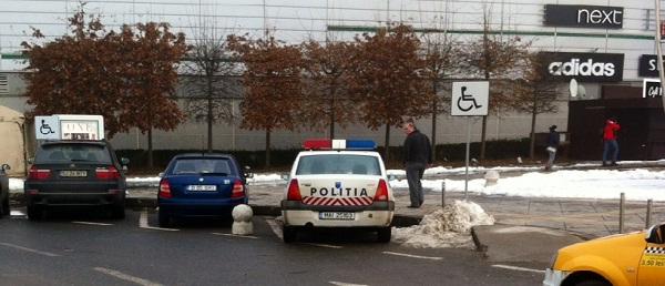 politia parcheaza pe loc de handicapat