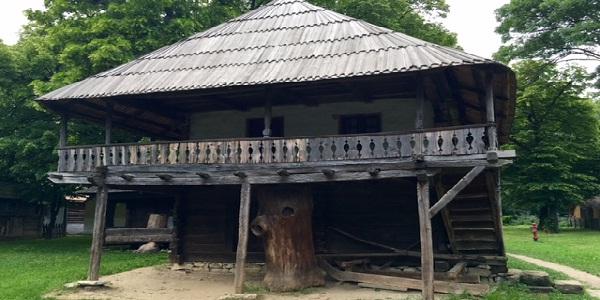 casa veche cu etaj